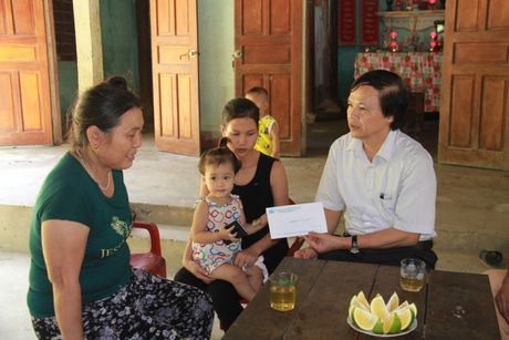 Ban ATGT Ha Tinh tham hoi gia dinh nan nhan tu vong do TNGT - Anh 1