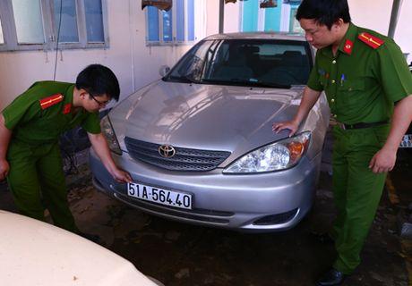 Binh Duong: Tam giu nhieu xe sang su dung giay to, bien so gia - Anh 1