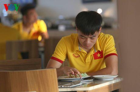 Cong Vinh, Cong Phuong ru nhau tap the luc truoc khi an sang - Anh 11