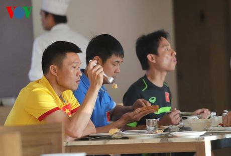 Cong Vinh, Cong Phuong ru nhau tap the luc truoc khi an sang - Anh 3