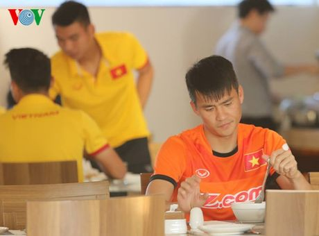Cong Vinh, Cong Phuong ru nhau tap the luc truoc khi an sang - Anh 6