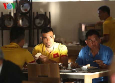 Cong Vinh, Cong Phuong ru nhau tap the luc truoc khi an sang - Anh 8