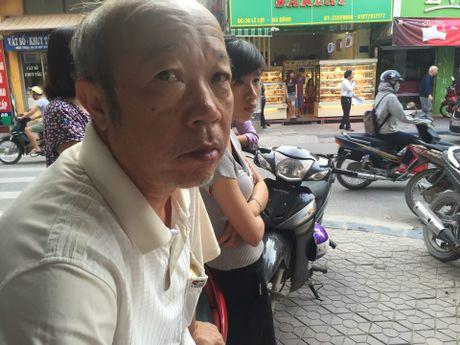 Vu no bot dien: Nguoi dan ong ngoi xe lan bi chay xem - Anh 3