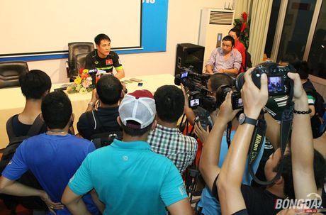 HLV Huu Thang cam 'livestream' buoi tap cua DT Viet Nam - Anh 1