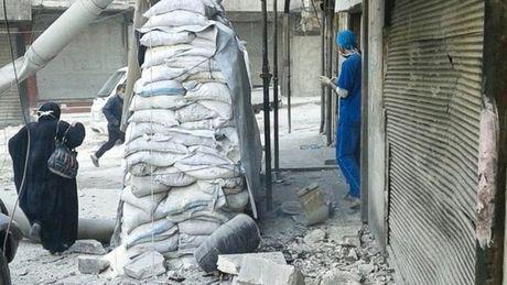 Syria: Benh vien, ngan hang mau o Aleppo trung bom - Anh 1