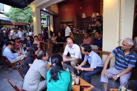 Hoang tu William thich thu uong ca phe via he Ha Noi - Anh 1