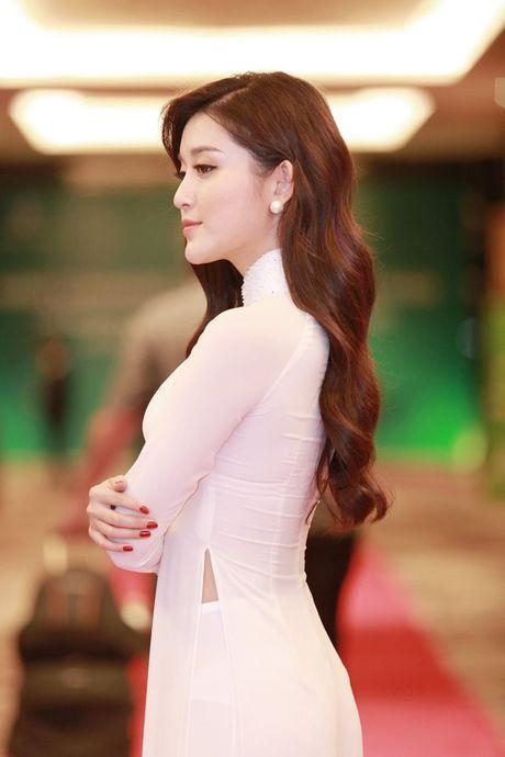 A hau Huyen My tha thuot ta ao dai don tiep Hoang tu Anh William - Anh 6