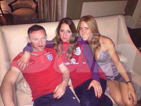 Mourinho noi dien, Rooney xin loi vi say xin chup hinh ben gai la - Anh 2