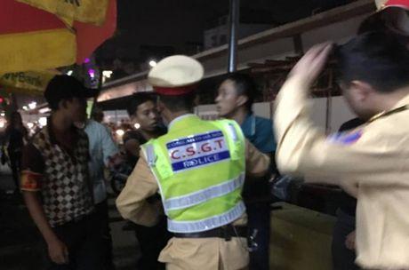 Khong che doi tuong lang ma, tan cong canh sat hinh su - Anh 1
