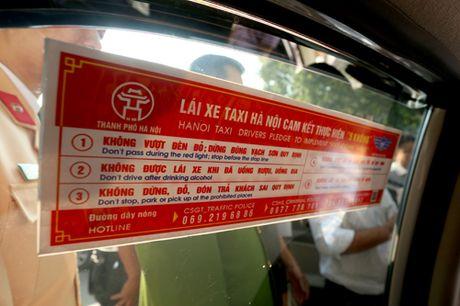 Ha Noi dan tem tai xe taxi khong lay tai san cua khach de quen - Anh 1