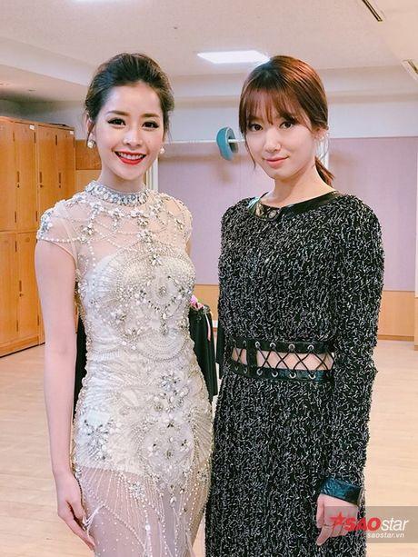 Chi Pu nep sang mot ben nhuong cho de Park Shin Hye chup hinh cung - Anh 2