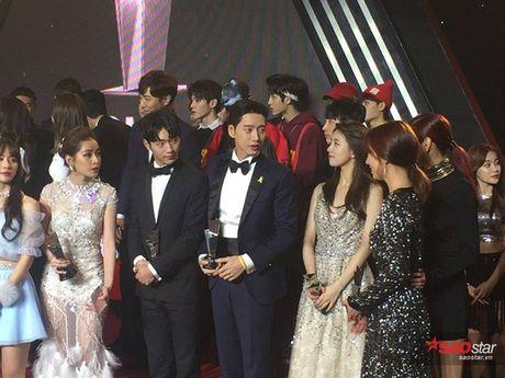 Chi Pu nep sang mot ben nhuong cho de Park Shin Hye chup hinh cung - Anh 3