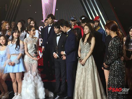 Chi Pu nep sang mot ben nhuong cho de Park Shin Hye chup hinh cung - Anh 4