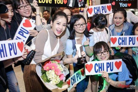 Tro ve tu Han Quoc, Chi Pu duoc dong dao fan vay don tai san bay luc toi muon - Anh 10