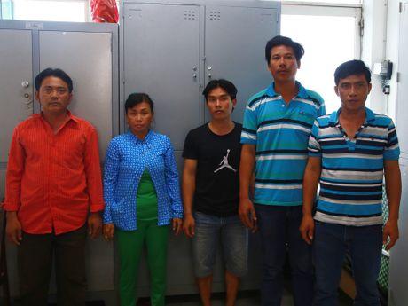 Gianh cho ban hang truoc cong Benh vien Tu Du, chem nguoi dan mat - Anh 1