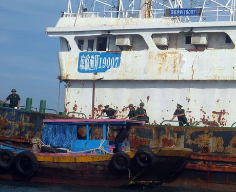 Lam ro con tau Trung Quoc bi an troi tren bien - Anh 2