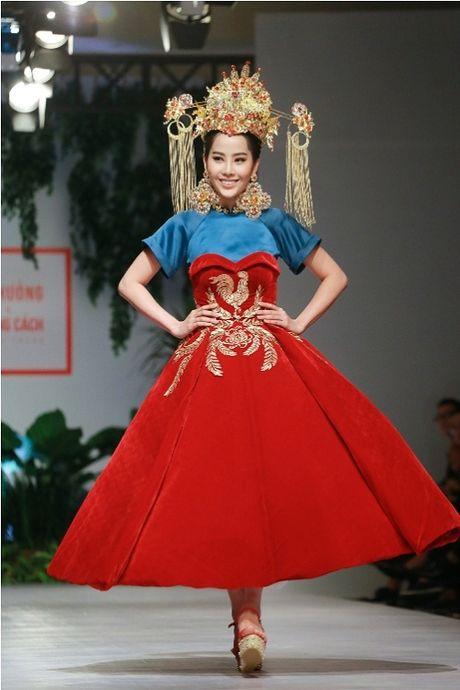Thanh Hang dien ao voi slogan gay soc tren san dien - Anh 16