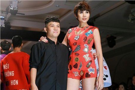 Thanh Hang dien ao voi slogan gay soc tren san dien - Anh 18