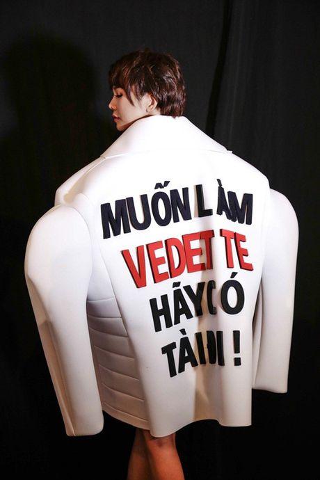 Thanh Hang dien ao voi slogan gay soc tren san dien - Anh 2