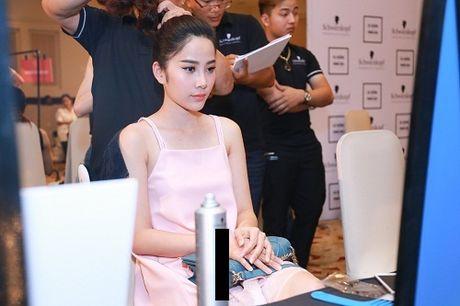 Thanh Hang dien ao voi slogan gay soc tren san dien - Anh 6