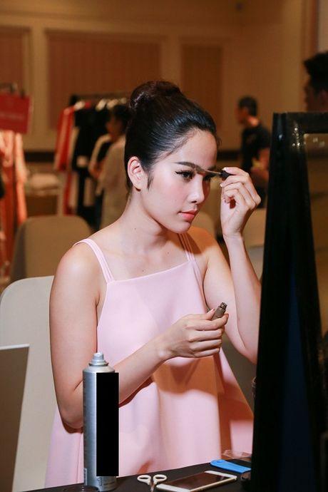 Thanh Hang dien ao voi slogan gay soc tren san dien - Anh 7