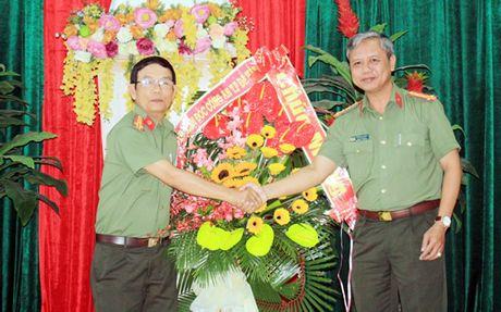 Lanh dao CATP du Le ky niem, tham chuc mung cac don vi giao duc nhan Ngay Nha giao Viet Nam - Anh 1