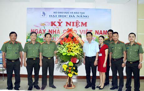 Lanh dao CATP du Le ky niem, tham chuc mung cac don vi giao duc nhan Ngay Nha giao Viet Nam - Anh 2