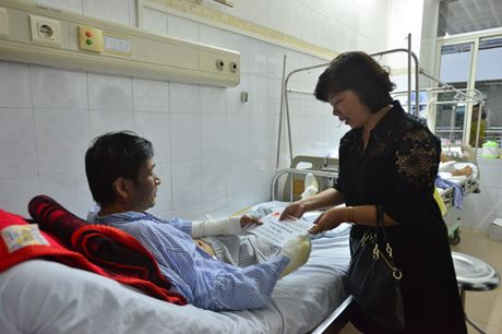 Bao Hanoimoi ho tro, tham hoi cac nan nhan vu no tram bien ap o Ha Dong - Anh 2