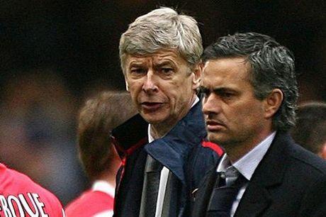 Dai chien giua MU va Arsenal, Wenger se gat bo han thu bat tay Mourinho - Anh 2