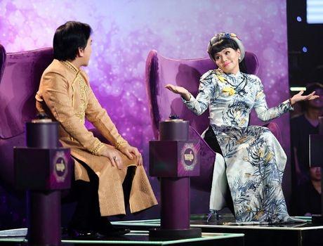 Nghe sy Kim Tu Long lan dau ngoi ghe nong, gianh thi sinh bang…chuoi chien - Anh 2