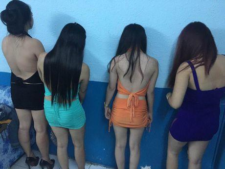 Dac san 'bikini' trong nha hang karaoke khong phep - Anh 1