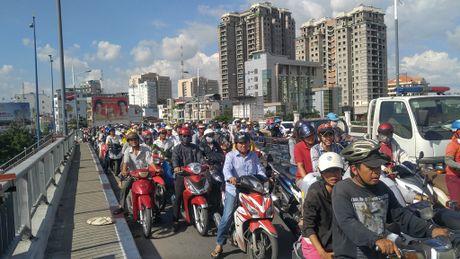 TNGT chet nguoi tren cau Nguyen Van Cu - Anh 2