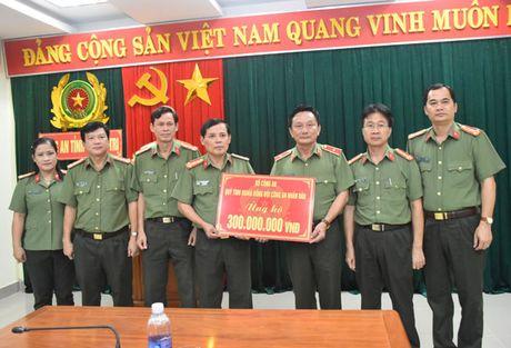 Bo Cong an trao qua ung ho bao lut tai Quang Tri - Anh 1