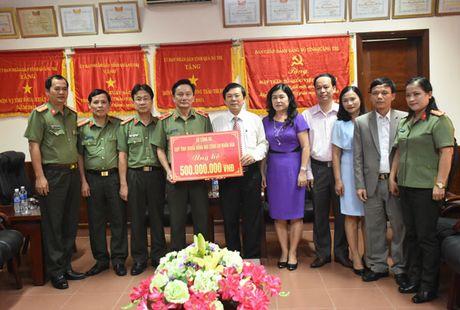 Bo Cong an trao qua ung ho bao lut tai Quang Tri - Anh 2