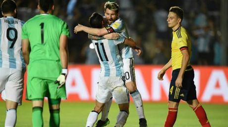 """Gia dinh Messi & con gai Maradona """"tuyen chien"""" nha bao Argentina - Anh 1"""