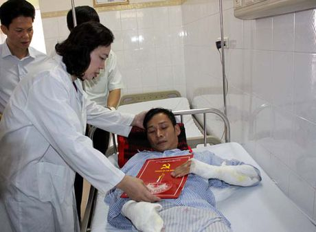 Lanh dao thanh pho tham nan nhan vu no tram bien ap quan Ha Dong - Anh 1