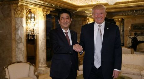 Thu tuong Abe ca ngoi ong Trump la lanh dao 'dang tin cay' - Anh 1