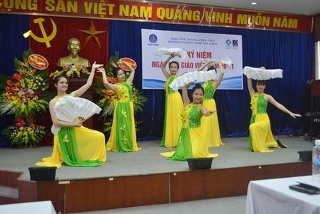 Thay, tro Truong CD Nghe Viglacera ky niem Ngay nha giao Viet Nam 20/11 - Anh 9