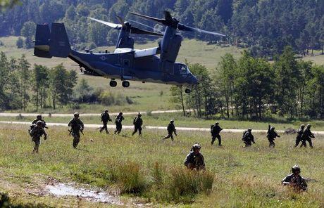Lo Donald Trump 'thi tot', NATO bao dong 300.000 quan - Anh 3