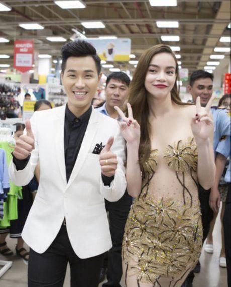 Ha Ho an mac goi cam nhay cung MC Nguyen Khang - Anh 1
