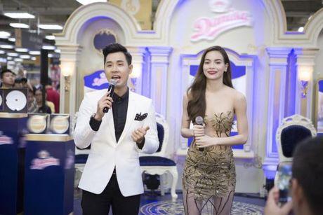 Ha Ho an mac goi cam nhay cung MC Nguyen Khang - Anh 2