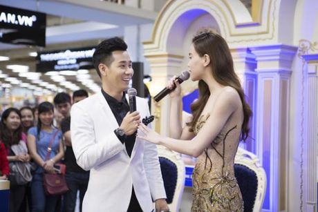 Ha Ho an mac goi cam nhay cung MC Nguyen Khang - Anh 3