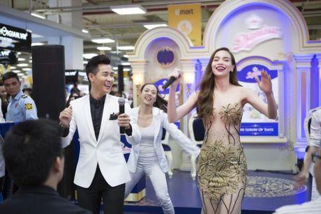 Ha Ho an mac goi cam nhay cung MC Nguyen Khang - Anh 4