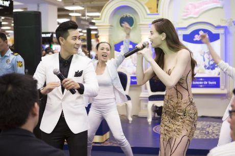 Ha Ho an mac goi cam nhay cung MC Nguyen Khang - Anh 5