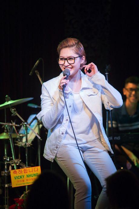 Mr Dam co vu Vicky Nhung to tinh loat sao nu trong dem nhac rieng - Anh 1