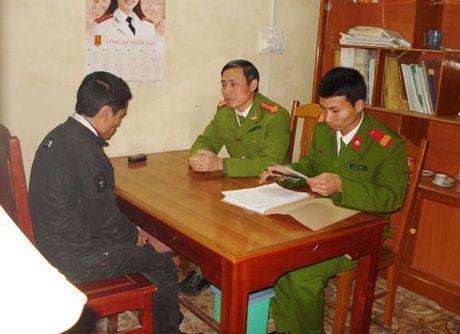 Thanh Hoa: Khong cho tien mua dien thoai, nam thanh nien tu dot nha minh - Anh 1