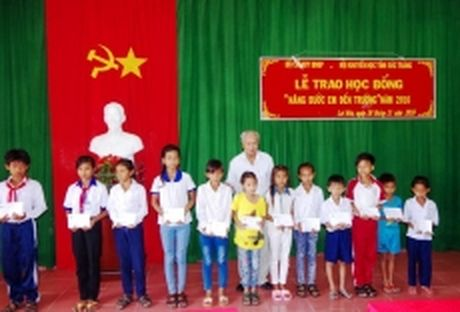 Trao hoc bong cho hoc sinh Khmer ngheo o Soc Trang - Anh 1