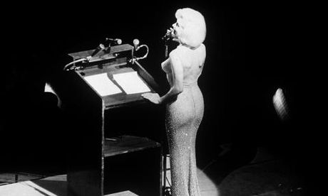 Bo vay khoe 'duong cong ruc lua' cua Marilyn Monroe khi hat mung Tong thong Kennedy - Anh 2