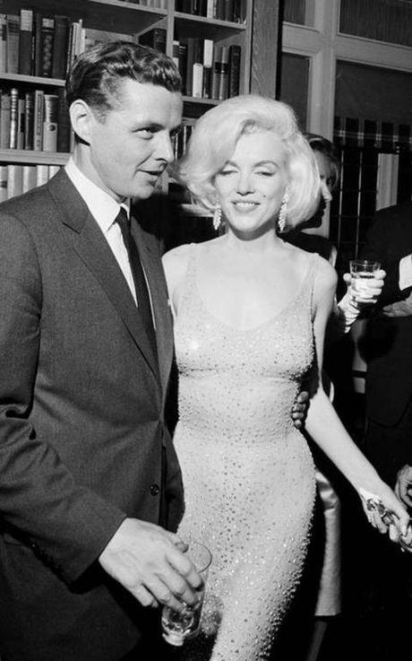 Bo vay khoe 'duong cong ruc lua' cua Marilyn Monroe khi hat mung Tong thong Kennedy - Anh 3