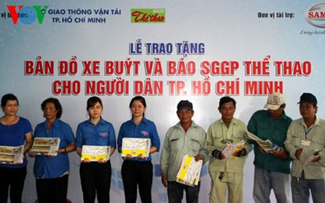 Trao 10.000 ban do xe buyt mien phi cho nguoi dan TP HCM - Anh 1